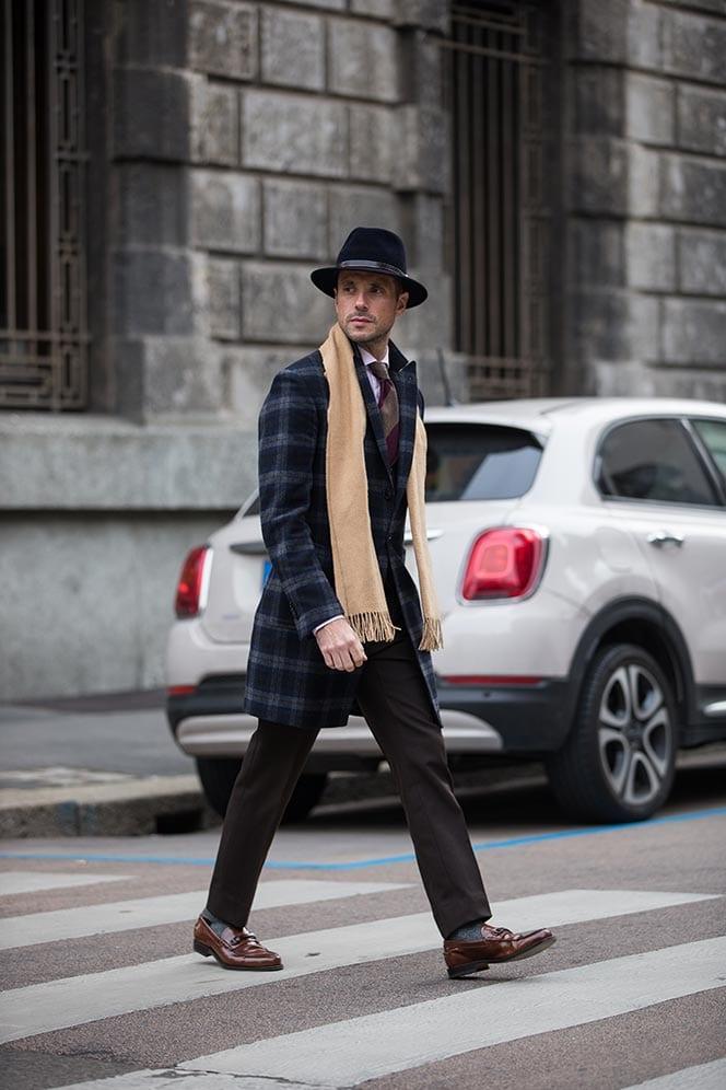 giày lười với áo vest